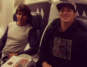 Gabriel Medina viaja com o padrastro e treinador, Charles Saldanha, rumo ao Havaí (Foto: Reprodução/Facebook)