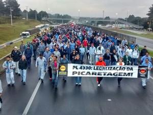 Metalúrgicos da Volkswagen bloquearam a BR-277, em São José dos Pinhais (Foto: Divulgação/ Sindicato dos Metaúrgicos de Curitiba e Região)