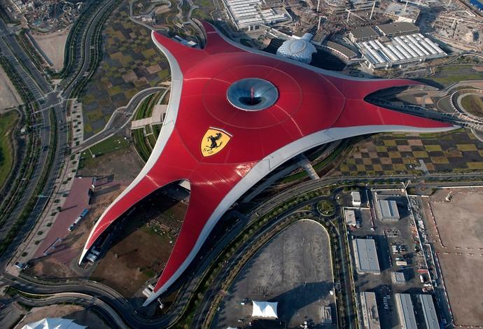 Inaugurado em 2010, o Ferrari World de Abu Dhabi é o maior parque coberto do mundo (Foto: Divulgação)