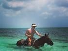 Márcio Garcia anda a cavalo no mar do Caribe