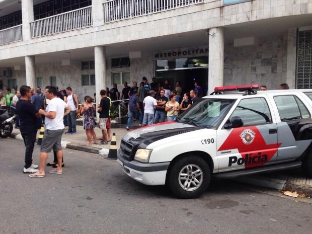 Familiares e amigos acompanharam velório do policial (Foto: Thais Rozo/G1)