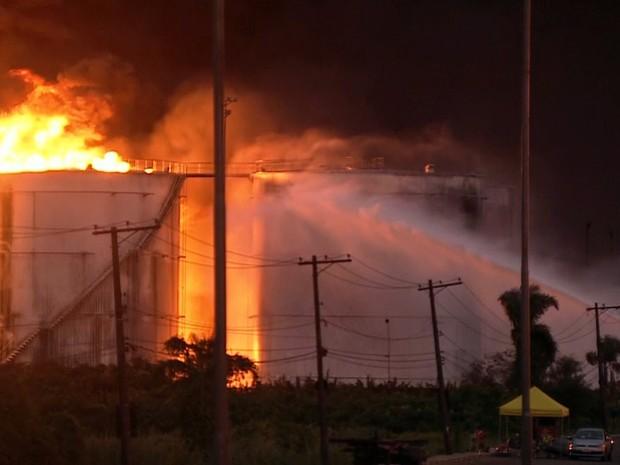 GNews - Equipes dos bombeiros tentam há mais de 30 horas controlar incêndio em Santos (Foto: Reprodução/GloboNews)