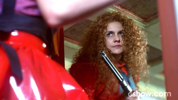 Gina ameaça atirar na professora (Foto: Meu Pedacinho de Chão/TV Globo)