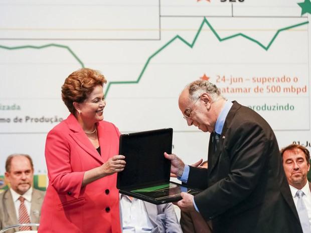 A presidente Dilma em solenidade na Petrobras com o geólogo Guilherme Estrella (Foto: Roberto Stuckert Filho/ Presidência da República)