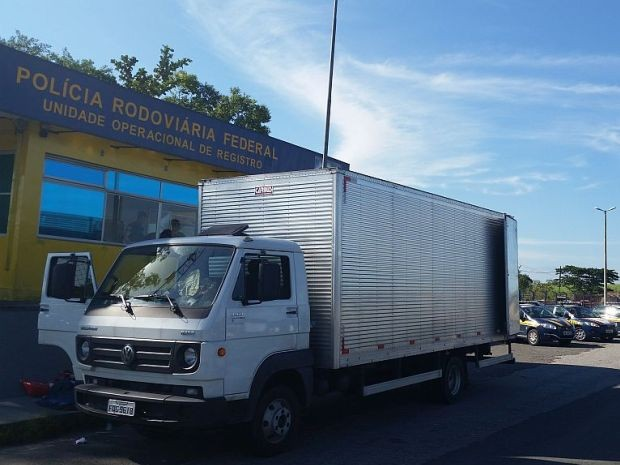 Caminhão foi apreendido com quadrilha no Vale do Ribeira, SP (Foto: Polícia Rodoviária Federal / Divulgação)