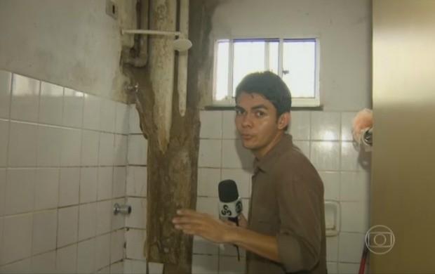 Repórter Dyepeson Martins mostrou a situação dos apartamentos do conjunto (Foto: Jornal Hoje)