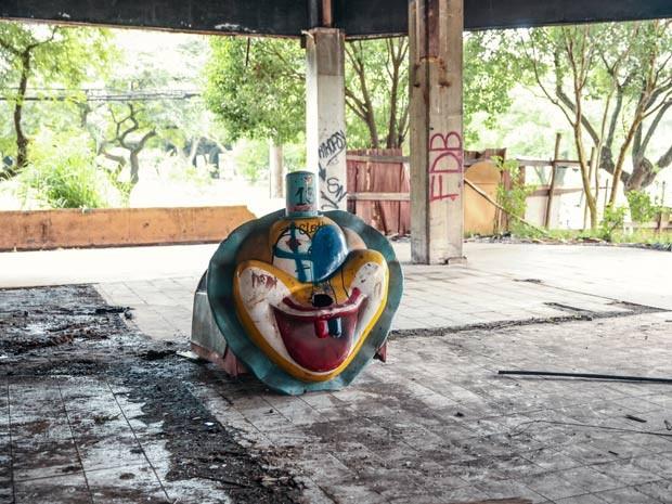 Restos de decoração do Best Shopping permanecem no local (Foto: Glauco Araújo/G1)
