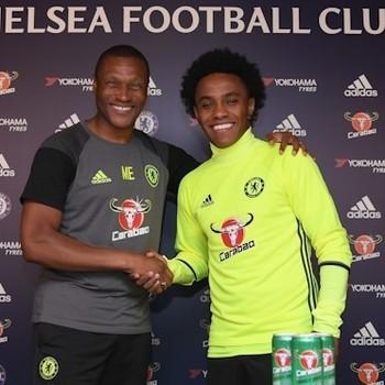 Willian renova contrato com o Chelsea (Foto: Divulgação / Chelsea)
