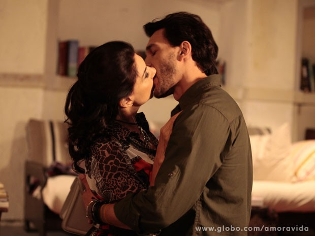 Vivian e Valentim se beijam (Foto: Pedro Curi/TV Globo)