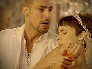 Carminha corta Nina sem dó, deixando Jorginho desesperado (Foto: Avenida Brasil/TV Globo)