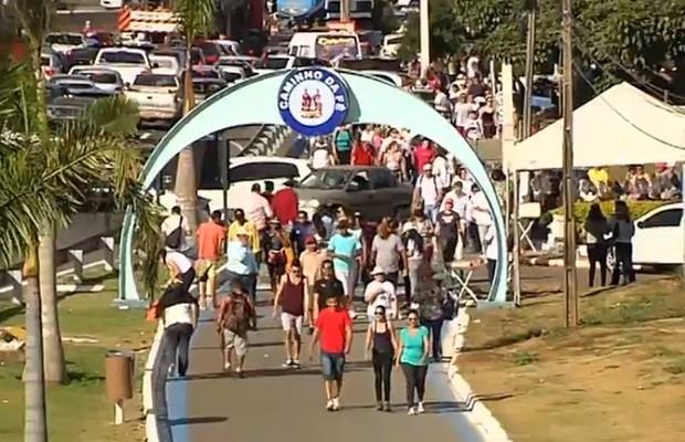 Romeiros fazem caminhada de 18 km de Goiânia até Trindade, em Goiás (Foto: Reprodução/TV Anhanguera)