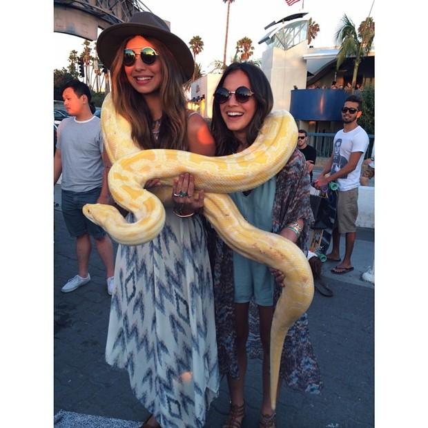 Bruna Marquezine e Stéphannie Oliveira posam com cobra em Los Angeles, nos EUA (Foto: Instagram/ Reprodução)