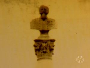 Busto do Rei Victtorio Emanuelle II retirado do local original (Foto: Reprodução/TV Rio Sul)