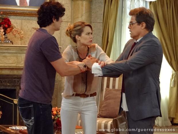 Juliana tenta apartar a dupla (Foto: Guerra dos Sexos / TV Globo)