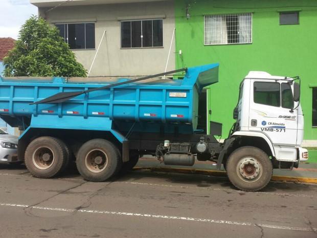 Doiis caminhões caçamba foram recuperados pela PM de MS (Foto: Polícia Civil de MT/ Divulgação)