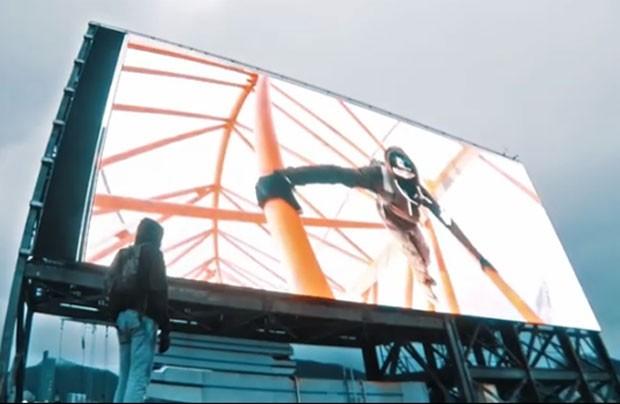 Grupo invadiu edifício em Hong Kong e alterou propaganda de outdoor eletrônico (Foto: Reprodução/YouTube/On the roofs)