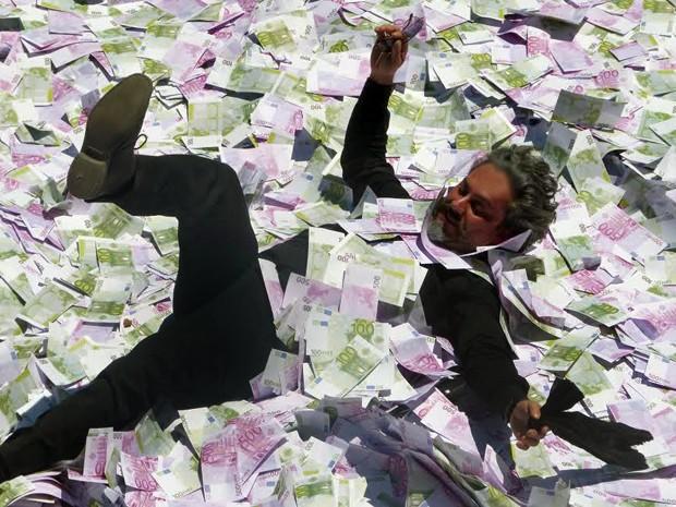 José Alfredo mergulha em piscina repleta de dinheiro (Foto: Tatiana Helich/ Gshow)