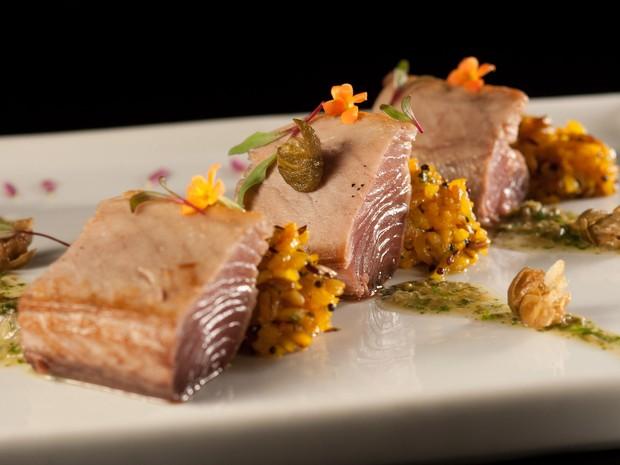 Baby atum ao molho cremoso de alcaparras, servido com arroz de açafrão é opção de prato principal no menu de jantar do restaurante Tarsila para o Restaurant Week (Foto: Luís Simione / Divulgação)