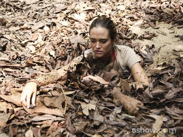 Lili cai em lama para pegar pingente de Marlon (Foto: Carol Caminha/TV Globo)