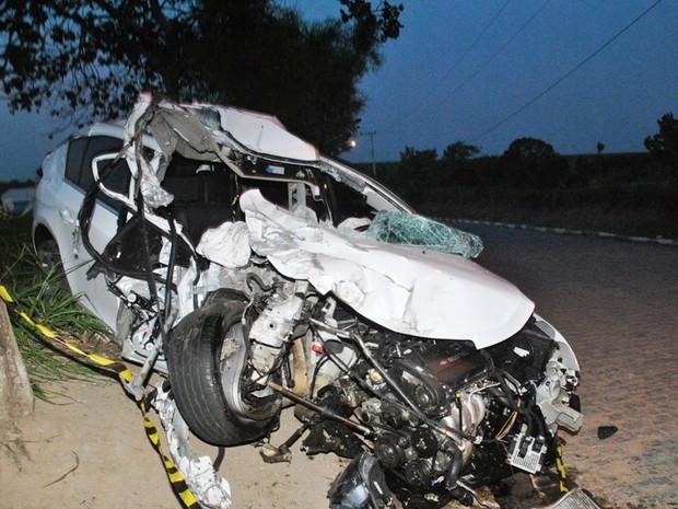 Carro modelo Cruze ficou destruído em acidente com carreta neste domingo (27), na BR-101 (Foto: Filipe Lemos/Campos 24 horas)