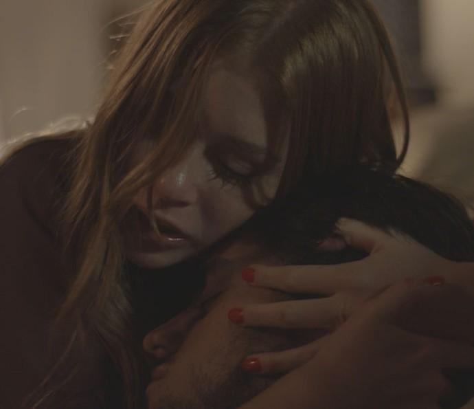 Eliza vai com Jonatas para o hospital (Foto: TV Globo)