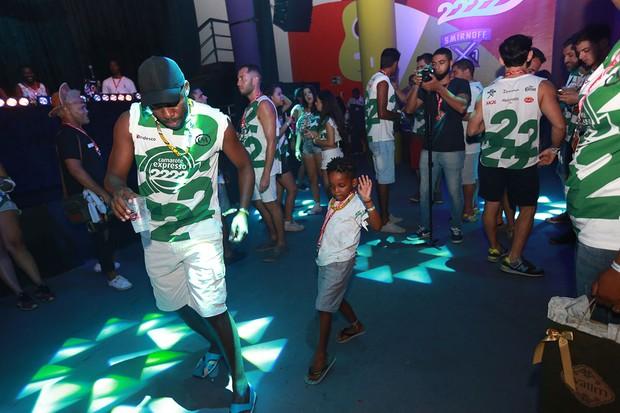 Filhos de Tais Araújo e Lazaro Ramos dançam no camarote (Foto: Mauro Zaniboni /Ag Haack)