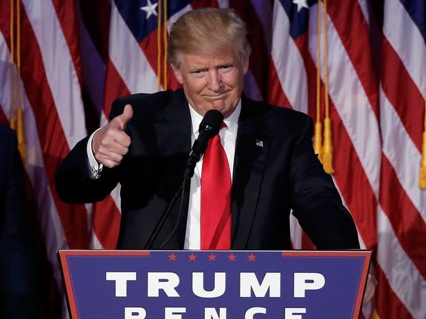 Donald Trump discursa após ser declarado vencedor nas eleições, em Nova York, na madrugada de quarta (9) (Foto: Reuters/Mike Segar)