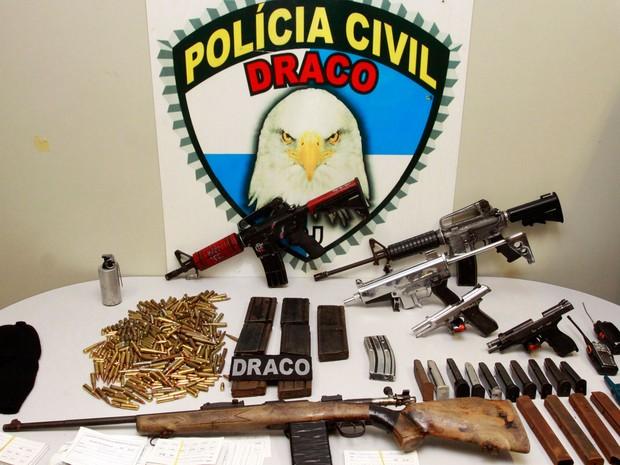 Entre as armas apreendidas havia dois fuzis de uso restrito das Forças Armadas (Foto: Philippe Lima / Polícia Civil / Divulgação)