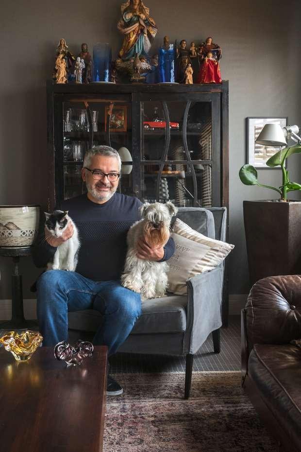 Ricardo Caminada com seus animais de estimação,o schnauzer Victor Hugo e a gata vira-lata Morgana (Foto: Alexandre Disaro/Editora Globo)