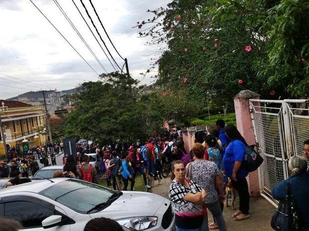 Pais, professores e alunos se reúnem na porta da Escola Estadual David Campista (Foto: Levante Popular da Juventude)