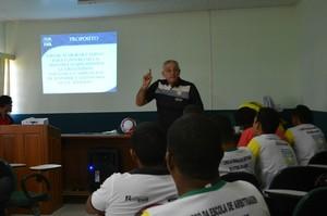 Presidente da Escola Nacional, Antônio Pereira durante a ministração de palestra sobre arbitragem em Rio Branco, no Acre (Foto: Quésia Melo)