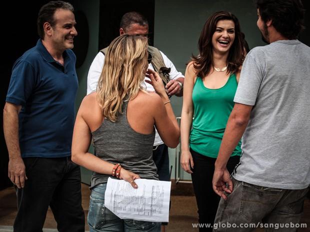 Marco Ricca e Mayana Neiva se divertem antes de gravar (Foto: Sangue Bom/TV Globo)