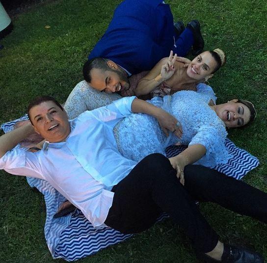 Carolina Dieckman, David Brazil e Hugo Gloss deitam na grama com Preta Gil (Foto: Instagram / Reprodução)