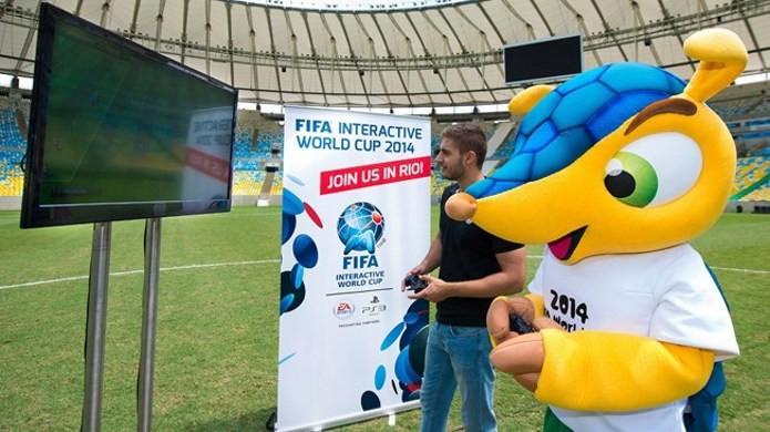 André Buffo, brasileiro que foi 4 vezes finalista do FIWC, disputa partida com Fuleco. (Foto: Divulgação/Fifa)
