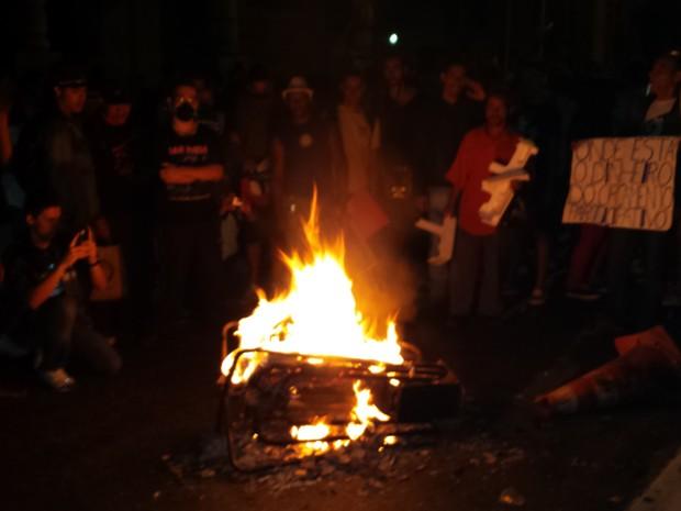 Durante o protesto, manifestantes atearam fogo em catracas para demonstrar insatisfação contra o aumento da passagem de ônibus (Foto: Pedro Ângelo/G1)