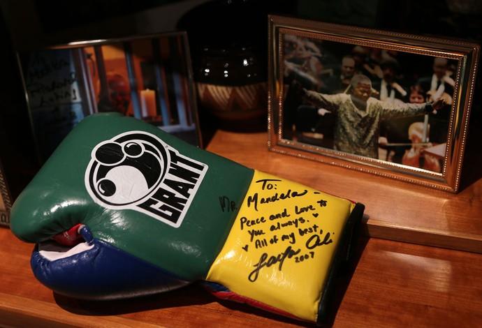 Mandela luva Mohamed Ali boxe (Foto: Reuters)