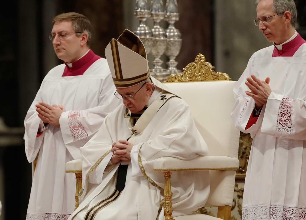 Papa Francisco celebra missa nesta quinta-feira (13) na Basílica de São Pedro, no Vaticano  (Foto: Alessandra Tarantino/ AP)