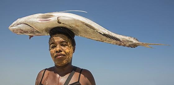 Uma mulher Vezo – com a pasta masonjoany no rosto – caminha em direção ao povoado Betania, transportando um peixe na sua cabeça. (Foto: © Haroldo Castro/Época)