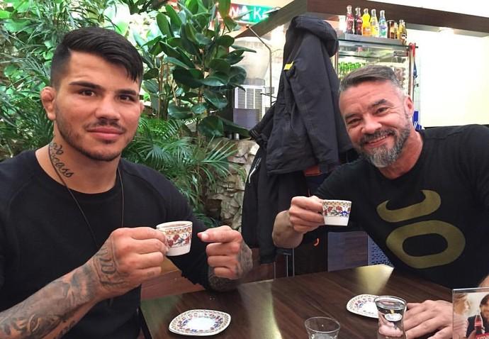 Erick Silva já está na Polônia com o treinador André Benkei (Foto: Reprodução/Instagram)