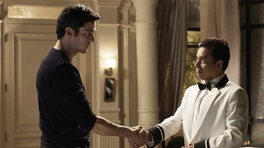 Eric entrega cheque para Nelito pagar as despesas de Pedrinho e Luíza