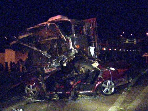 Casal morre ao desviar carro de fogão que caiu de veículo S. Bárbara  (Foto: Pedro Santana/EPTV)