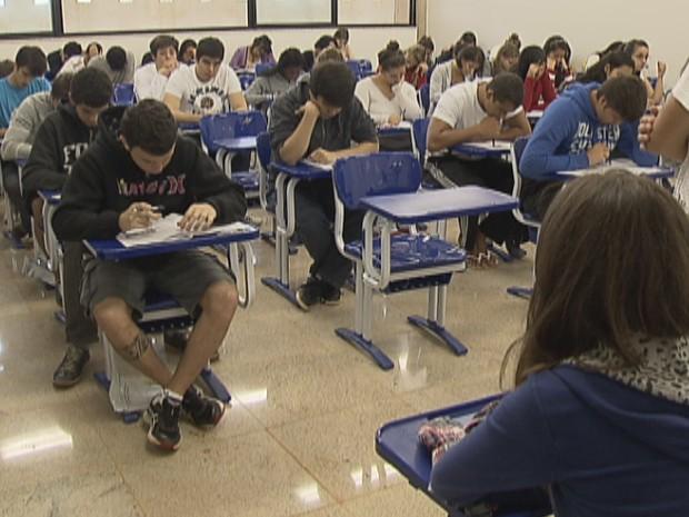 Candidatos realizam as provas do segundo dia do 2º Vestibular da Universidade de Brasília (UnB) de 2013 (Foto: Reprodução/ TV Globo)