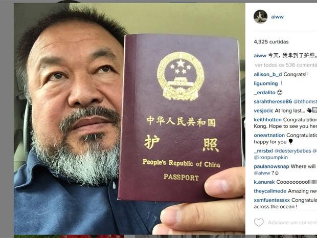 'Hoje recuperei meu passaporte', escreveu o artista e dissidente chinês Ai Weiwei (Foto: Reprodução/Instagram)
