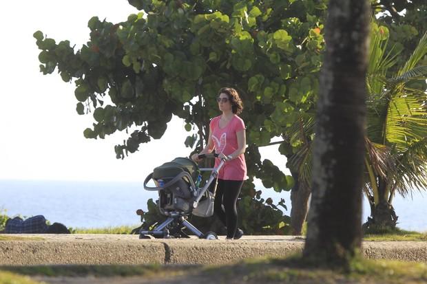 Larissa Maciel caminhando com a filha, na orla da Barra da Tijuca, RJ (Foto: Delson Silva / Agnews)