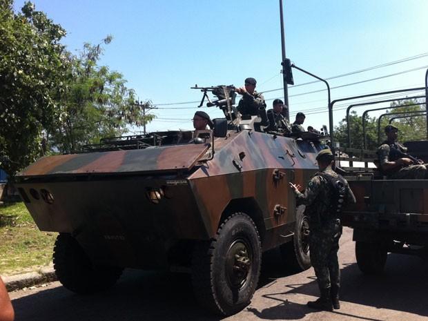 O blindado urutu do Exército chegou à Favela do Muquiço por volta das 12h20 desta segunda (01) (Foto: Foto: Janaina Carvalho/G1)