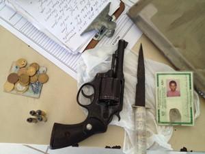 Polícia apresentou o revólver apreendido  (Foto: Walter Paparazzo/G1)