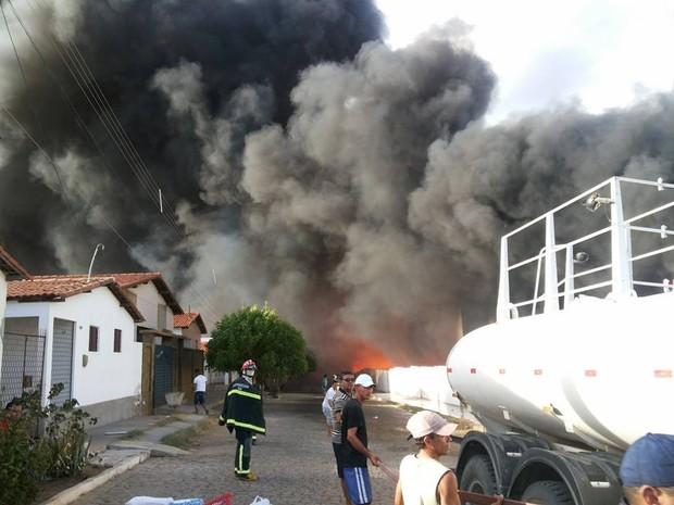 Corpo de Bombeiros e carros-pipa tentam conter as chamas em Jardim do Seridó, no RN (Foto: Júnior Flash/G1)