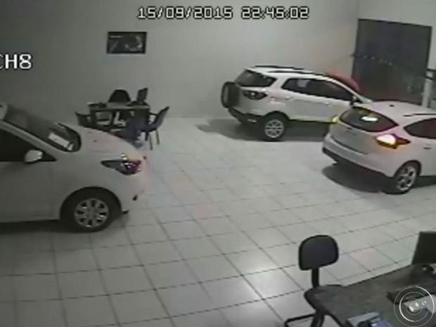 Suspeito furta carro e sai pela vitrini (Foto: Reprodução / TV TEM)