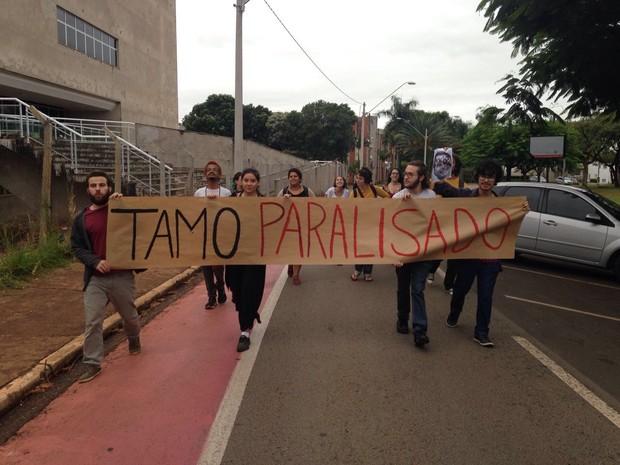Estudantes carregam cartaz de protesto na Unicamp, em Campinas (Foto: João Barbosa)