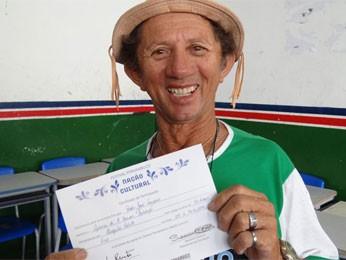 Pedro Sampaio recebe o certificado da oficina (Foto: Luna Markman/G1)